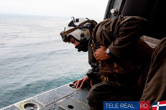 Naval Air Crewman (Helicóptero) de segunda clase Joseph Rivera, un nadador de búsqueda y rescate asignado al buque de asalto anfibio USS Makin Island